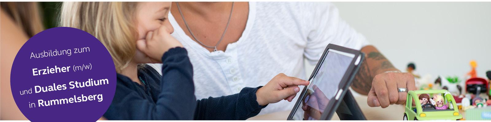 Kind spielt mit Tablet-PC im Hintergrund junger Mann mit tätowierten Arm